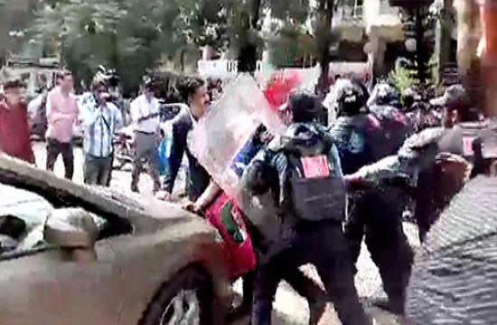 Journalists stage protest and enter into a clash with Islamabad police at World Press Freedom Day rally