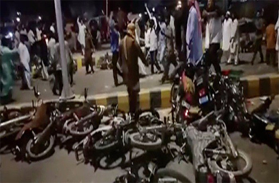 PPP PTI lock horns and resort to violence over venue reservation, uproar in Karachi