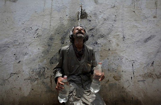 Karachi hit by prolonged heatwaves, temperature soars up to 44°C
