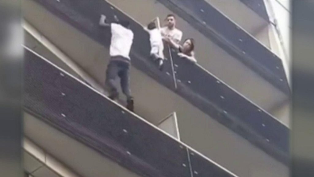 "How the child rescued by the ""Spiderman"" of Paris ended up hanging from a balcony"