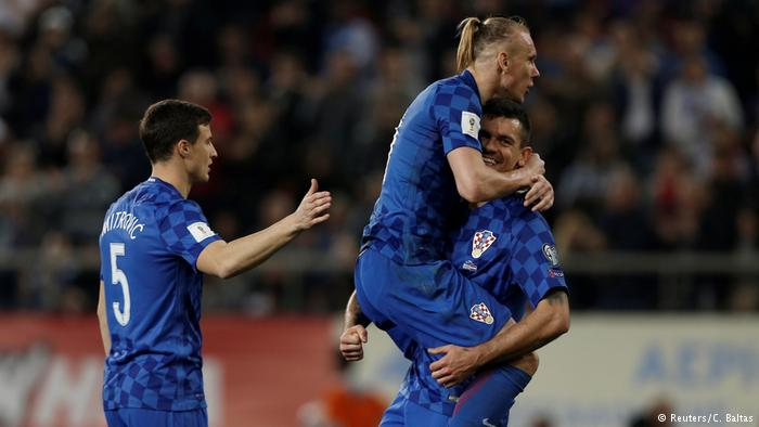 Domagoj Vida is a strong defender, immovable in the Croatian eleven. And his picture is unmistakable even for the novice: blond hair shaved on the side and long on top, but taken in horsetail. In the photo Vida is in the arms of Dejan Lovren, who has a rather pedestrian cut.