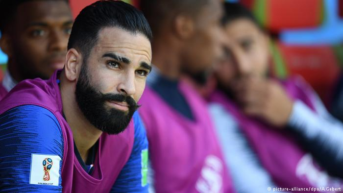 Adil Rami takes care of himself. Look at that mustache, please. The care combed, that beard trimmed to the millimeter. With 33 years, the French defender, who saw no action in the match against Australia, maintains his image because he has a partner who demands it. His girlfriend is none other than Pamela Anderson. Yes, she, the guardian of the bay.