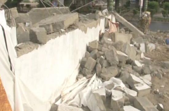 Demolition of advertisement walls under way in Karachi after SC orders