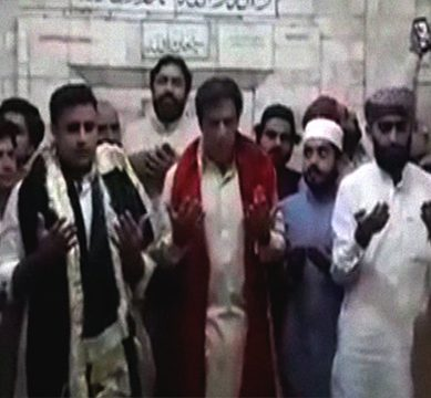 PTI Chief Imran Khan pays a visit to Fariduddin's shrine in Pakpattan with wife. Bushra Maneka