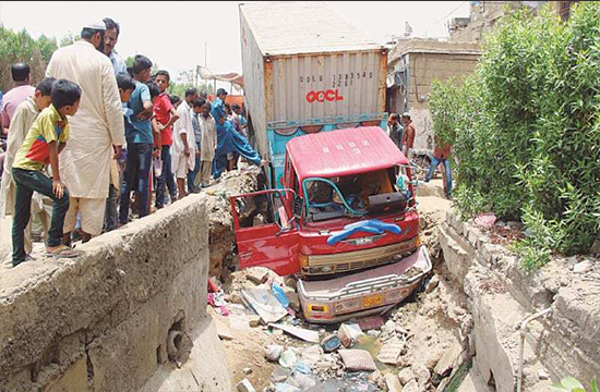 Another road-trailer accident in Lyari prompts outrage, people demand immediate arrest of the driver