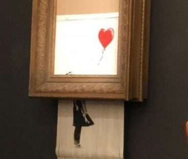 Watch the video of Banksy's work self-destruction: Banksy admits that the self-destruction of his work did not go according to plan