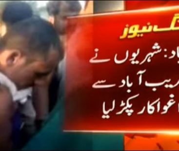 Residents of Faisalabad torment, shave head of a kidnapper and hand him over to police