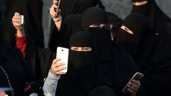 """""""Secret divorces"""" in Saudi Arabia: the text messages that women in the country will receive on their cell phones to end this practice"""