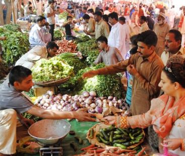 Punjab Food Minister pays a surprise visit to Sunday markets in Lahore