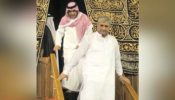Army chief Qamar Javed Bajwa performs Umrah