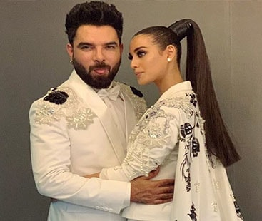 Yasir Hussain proposes to Iqra Aziz during Lux Style Awards ceremony