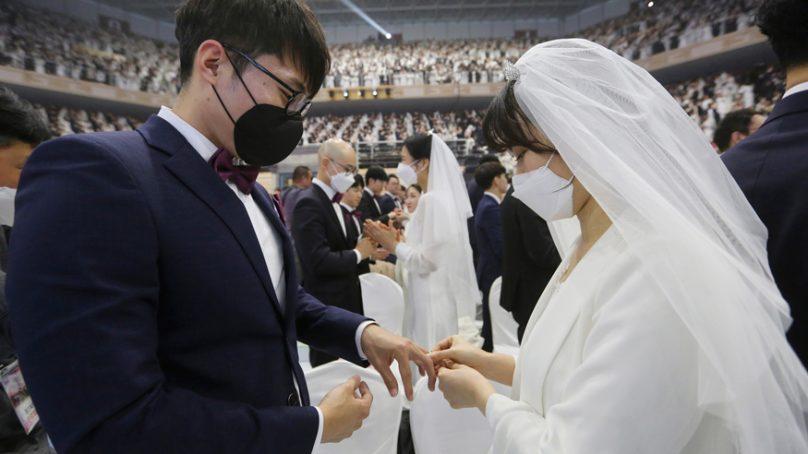 South Korea: 6,000 couples in facemasks marry despite coronavirus scare