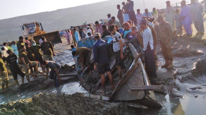 Pakistan Navy helps recover stranded boats in Omara