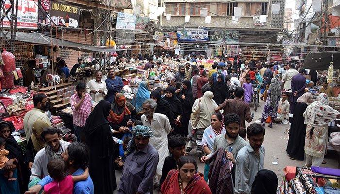 832637_2164207_Throngs descend on Karachi's_akhbar